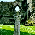 Middleham Castle: Statue of Richard III in Middleham Castle grounds.